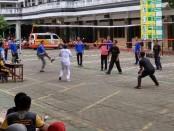Pertandingan voli antara guru SMK PN Purworejo melawan mahasiswa PPL - foto: Sujono/Koranjuri.com