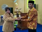 Wakil Bupati Purworejo, Yuli Hastuti, saat menyerahkan trophy juara umum kepada Budiyono, Kepala SMK N 1 Purworejo - foto: Sujono/Koranjuri.com