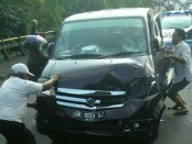 Mobil APV yang mengalami kecelakaan dengan motor matik di Tabanan - foto: Istimewa