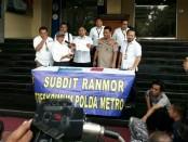 Polda Metro Jaya mengekspose kasus insiden peluru nyasar yang menembus ruangan kantor DPR RI - foto: Bob/Koranjuri.com