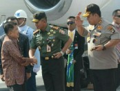 Pangdam IX/Udayana Mayjen TNI Benny Susianto bersama Kapolda Bali Irjen Pol Petrus R. Golose menyambut kedatangan Wapres Jusuf Kalla, Rabu, 10 Oktober 2018 - foto: Istimewa