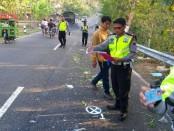 Unit Laka Polres Purworejo saat melakukan olah TKP di tempat kejadian kecelakaan, jalan raya Purworejo - Magelang Km 15, Dusun Simpu, Desa Ketosari, Bener, Kamis (11/10) - foto: Sujono/Koranjuri.com