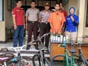 RHM, warga Mranti, Purworejo, tersangka pencuri spesialis sepeda, kini ditahan di Mapolsek Purworejo, dengan sejumlah barang bukti - foto: Sujono/Koranjuri.com