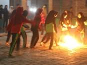 Para santriwati dari Ponpes Al Hasani, tengah mengikuti pertandingan sepak bola api, Sabtu (20/10 malam - foto: Sujono/Koranjuri.com