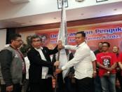 Wayan Puspanegara menerima Pataka Relawan Jokowi Center Korda Badung - foto: Koranjuri.com
