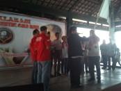 Keterangan foto: Penyerahan pataka dari pengurus pusat JC ke pengurus JC Soloraya./Foto: koranjuri.com