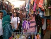 Fatimah Verena Bastian, selaku Ketua Tim Penggerak PKK Kabupaten Purworejo, saat melakukan Grebeg Pasar di Pasar Grabag, Kamis (22/11) - foto: Sujono/Koranjuri.com