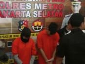 Kedua pelaku pembunuhan pemandu karaoke berhasil ditangkap setelah kabur ke Jambi - foto: Bob/Koranjuri.com