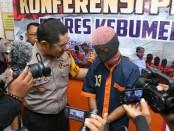 Kapolres Kebumen, AKBP Arief Bahtiar, saat menginterogasi DR, tersangka yang tega menganiaya istrinya sendiri, Eni Hermawati (27), warga Bonorowo, Kebumen pada Kamis (15/11) lalu - foto: Sujono/Koranjuri.com