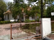 Eks kantor Kesbangpol di jalan Jenderal  Sudirman, yang seharusnya ditempati Dinparpud, masih dibiarkan kosong - foto: Sujono/Koranjuri.com