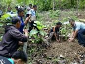 Kepala Rutan Purworejo, Lukman Agung Widodo, saat menanam bibit pohon di Gunung Buthak, dalam program penghijauan , Jum'at (30/11) - foto: Sujono/Koranjuri.com