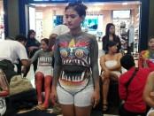 Salah seorang model body painting yang dilukis tubuhnya di Atrium Level 21 Mall, Denpasar, Senin, 5 November 2018 - foto: Koranjuri.com