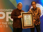 Head of External Communication XL Axiata, Henry Wijayanto menerima penghargaan Head of Corcomm of The Year 2018 dari Group Chief Editor SWA Media, Kemal E. Gani (kanan) - foto: Ari Wulandari/Koranjuri.com