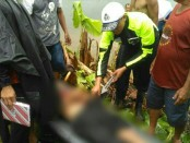 Jenasah Khomsin, yang tewas tersambar petir saat dievakuasi petugas - foto: Sujono/Koranjuri.com