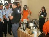 Produsen pembuatan jenis Clandestai Liquid Vape mengandung narkotika (THC, MDMA dan 5 Fluro ADB) memperagakan cara memproduksi narkoba di depan polisi - foto: Bob/Koranjuri.com