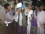 Pemberian helem kepada jamaah Raudhatul Amin saat sosialisasi tertib berlalulintas yang dilakukan Subditdikyasa Ditlantas Polda Bali - foto: Wayan Eka/Koranjuri.com