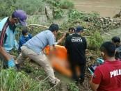 Mayat misterius yang ditemukan di sungai Luk Ulo, Desa Kedungwinangun, Klirong, Kebumen, saat dievakuasi - foto: Sujono/Koranjuri.com