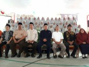 Kepala SMK Kesehatan Purworejo, Nuryadin, berfoto bersama peserta Khotmil Qur'an, para guru pembimbing, dan sejumlah tamu undangan - foto: Sujono/Koranjuri.com