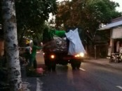 Sejumlah petugas DLHK Denpasar mengangkut sampah di salah satu ruas jalan di Kota Denpasar - foto: Ari Wulandari/Koranjuri.com