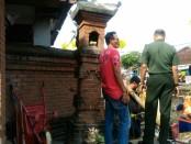 Pelinggih yang berada di salah satu rumah warga rusak akibat pekerjaan proyek pelebaran jalan Imam Bonjol dengan menutup Proyek Teba - foto: Istimewa