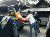 Petugas tengah mengevakuasi mayat Eni Hernawati, Dukuh Tugusari, Desa Bonorowo, Kebumen, yang diduga tewas setelah dianiaya suaminya - foto: Sujono/Koranjuri.com