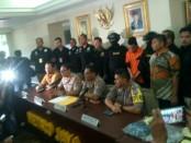 Polisi mengekspose pelaku pembunuhan satu keluarga di Bekasi - foto: Bob/Koranjuri.com