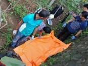 Kondisi mayat Achmad Munasir, sebelum dievakuasi - foto: Sujono/Koranjuri.com