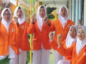 Siswa-siswa SMK Kesehatan Purworejo, saat menyanyikan lagu Mars SMK - foto: Sujono/Koranjuri.com