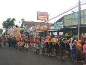 Arak-arakan gunungan dalam Grebeg Ageng, puncak peringatan HUT SMK PN Purworejo - foto: Sujono/Koranjuri.com