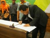 Direktur Akper Pemkab Purworejo, Wahidin, S.Kep.,Ns.,M.Kep, saat penandatanganan MoU dengan MGBK SAMA/MA/SMK Kebumen, Sabtu (22/12), di Meotel, Kebumen - foto: Sujono/Koranjuri.com