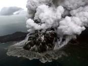 Erupsi Gunung Anak Krakatau saat mengalami fase erupsi - foto: Istimewa