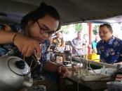 Bupati Purworejo Agus Bastian, saat mengunjungi salah satu peserta festival kuliner - foto: Sujono/Koranjuri.com