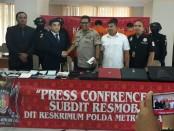 Resmob Direktorat Reserse Kriminal Umum Polda Metro Jaya menangkap 4 tersangka pembobol kartu kredit. Para pelaku masing-masing, A (23), H (19), R (21) dan H (29) - foto: Bob/Koranjuri.com