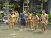 Sekda Kota Denpasar A.A Ngurah Rai Iswara meninjau salah satu sekolah di Denpasar yang terendam banjir beberapa waktu lalu - foto: Istimewa