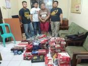 Tersangka YY, diamankan polisi dengan sejumlah barang bukti - foto: Sujono/Koranjuri.com