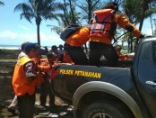 Kedua korban keganasan Pantai Pandan Kuning, Petanahan, Wawan dan Didik, saat dievakuasi petugas - foto: Sujono/Koranjuri.com