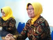 Kepala SMK N 3 Purworejo, Dra Indriati Agung Rahayu (kanan), dalam konferensi persnya, Jum'at (11/1) - foto: Sujono/Koranjuri.com
