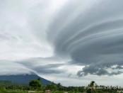 Fenomena awan mirip tornado yang disebut dengan Altocumulus Lenticularis muncul di sekitaran langit Gunung Agung, Kamis, 24 Januari 2019 - foto: Istimewa