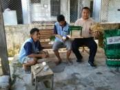 Kepala Rutan Purworejo, Lukman Agung Widodo, menunjukkan hasil pelatihan ketrampilan para WTB - foto: Sujono/Koranjuri.com