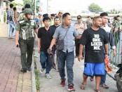 Seseorang yang dicurigai sebagai preman dan membawa senjata tajam diamankan dalam operasi gabungan preman di Jakarta Pusat - foto: Bob/Koranjuri.com
