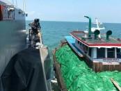 KRI Surik-645 menangkap Kapal Kargo yang memuat kelapa, Minggu (6/1/2019). Kapal tersebut tidak memiliki Surat Ijin Usaha Pelayaran (SIUPER) di Perairan Pulau Rangsang - foto: Istimewa