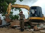Petugas dan ekskavator saat pembersihan bedeng pedagang di Pantai Mertasari, Sanur, Rabu, 2 Januari 2019 - foto: Istimewa