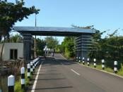 Pekerjaan pemasangan lis ACP (Aluminium Composite Panel) yang belum selesai pada gerbang Pantai Jatimalang - foto: Sujono/Koranjuri.com