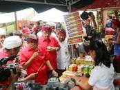 Gubernur Bali, I Wayan Koster menyapa kelompok tani yang memperkenalkan produk pertaniannya saat peresmian Pergub No 99 Tahun 2018 di Desa Pengotan, Kabupaten Bangli, Senin, 7 Januari 2019 - foto: Istimewa