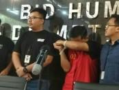 Jajaran Subdit 4 Cyber Crime Polda Metro Jaya mengamankan seorang oknum guru, yang melakukan penyebaran berita hoaks terkait 7 kontainer yang berisikan surat tercoblos, di Tanjung Priok, Jakarta Utara - foto: Bob/Koranjuri.com