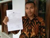 Slamet Sukarmanto, dengan surat bukti laporannya ke polisi - foto: Sujono/Koranjuri.com