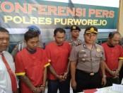 Wakapolres Purworejo, Kompol Andis Arfan Tofani, saat menunjukkan ketiga tersangka, Senin (17/7), di Mapolres Purworejo - foto: Sujono/Koranjuri.com