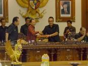 Gubernur Bali Wayan Koster (kiri) bersama Ketua DPRD Provinsi Bali Nyoman Adi Wiryatama - foto: Istimewa