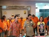 11 tersangka yang terlibat dalam pengiriman ekstasi dan ganja yang dikemas dalam abon dan Tari Medan - foto: Bob/Koranjuri.com