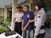 AS, pemulung warga Brengkelan, Purworejo, saat ditahan di Mapolsek Purworejo, dengan sejumlah barang bukti - foto: Sujono/Koranjuri.com